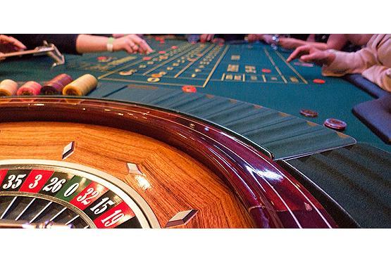 Wenn die Eltern 'sturmfrei' haben, warum nicht mal ins Casino gehen?