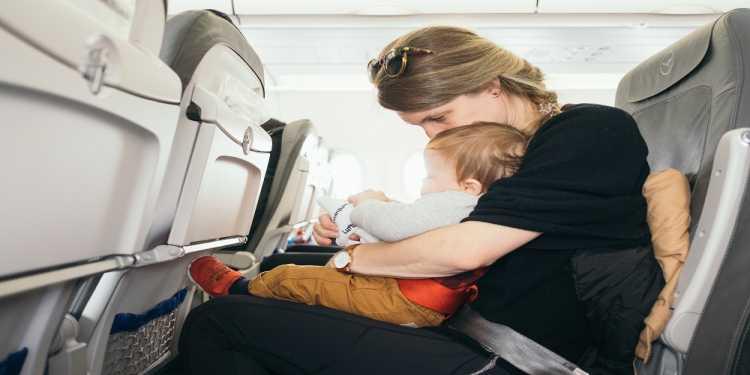 Tipps für das Fliegen mit Säuglingen und Kleinkindern